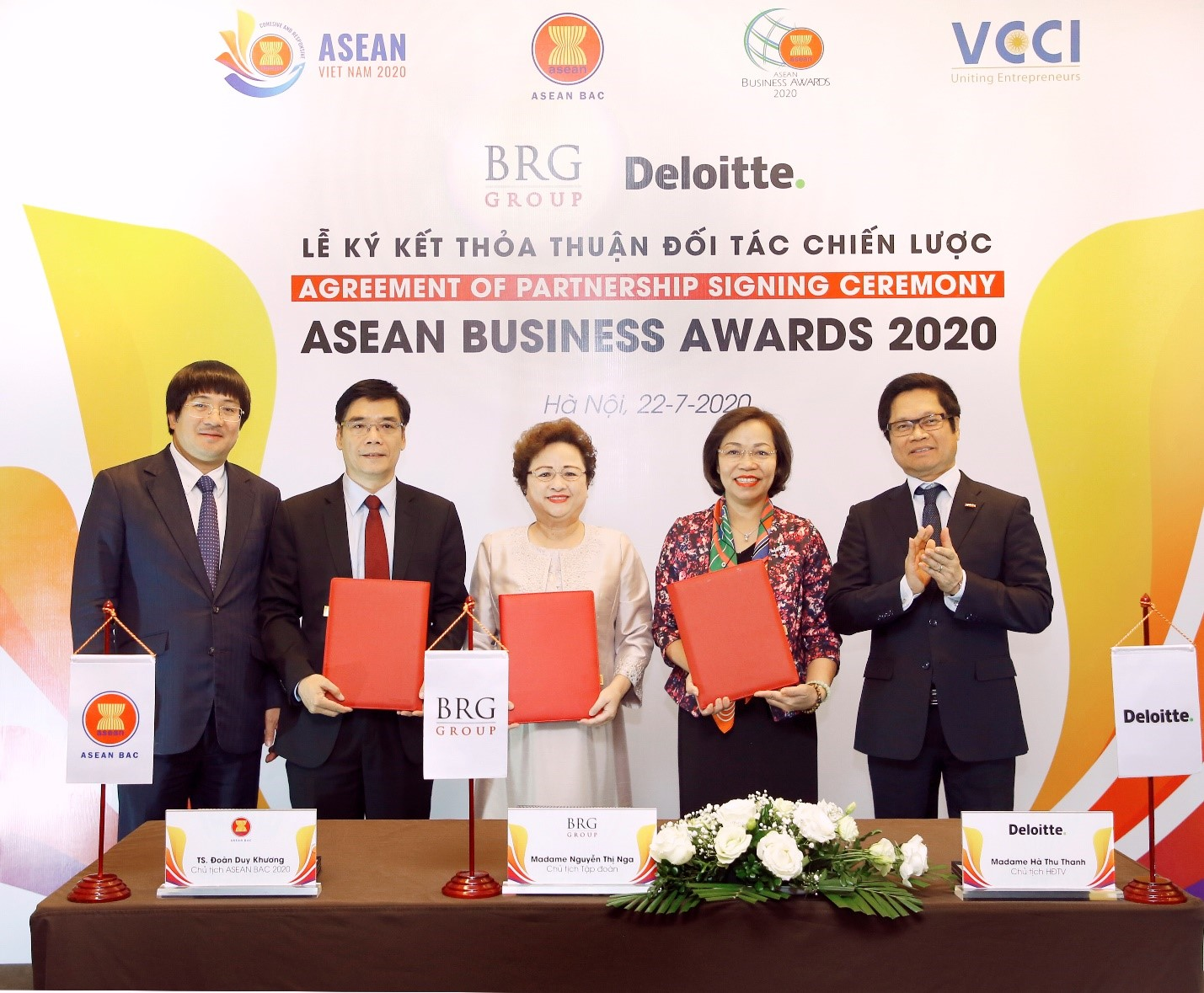 Dr. Doan Duy Khuong, Chairman of ASEAN BAC 2020, Madame Nguyen Thi Nga, Chairwoman of ABA 2020 (center), and Madame Ha Thi Thu Thanh, Chairperson of Deloitte Vietnam signing Agreement of Partnership for ASEAN Business Awards 2020